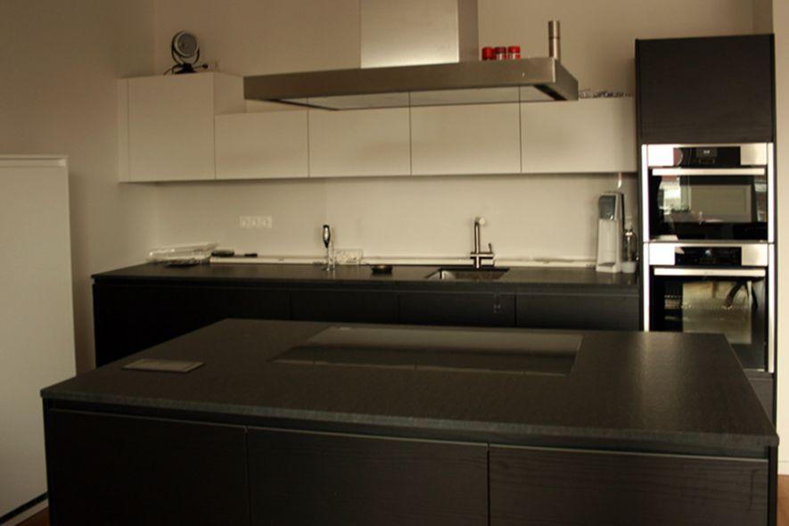 Dunkle Design Küche mit Black Jack Granit - Marquardt Küchen