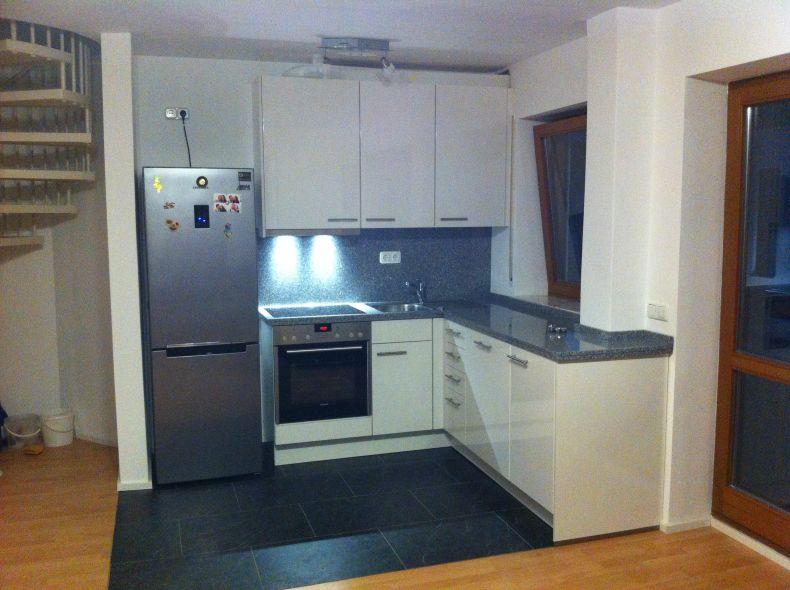 Klassische L-Küche mit freistehendem Kühlschrank