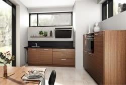 Charmante 2-Zeilen-Küche in Holzoptik mit schwarzer ...