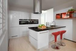 Design Inselküche Flash weiß mit Nero Assoluto – Marquardt Küchen | {Landhausküche mit kochinsel weiß 21}