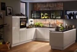Grifflose U-Küche mit Designglastüren und Naturstein - Marquardt Küchen