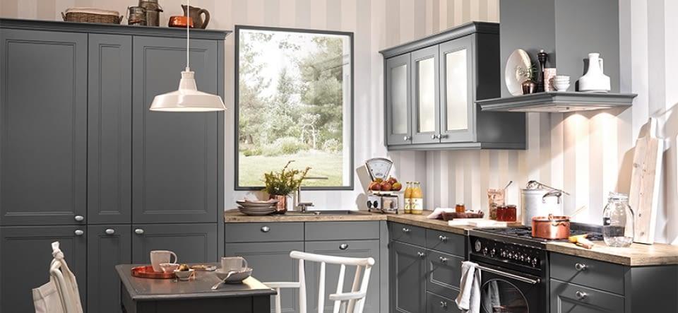 helle landhausk che in l form mit granit arbeitsplatte. Black Bedroom Furniture Sets. Home Design Ideas