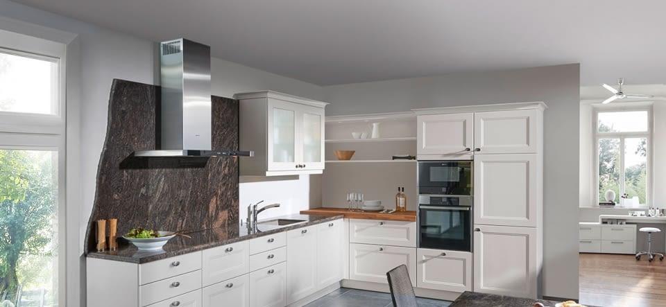 Landhausküche in L Form mit Chalet Front Marquardt Küche
