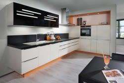 Moderne L-Küche Chicago Magnolia mit Oro Preto – Marquardt Küchen