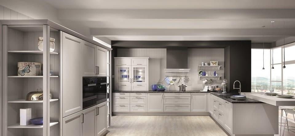 Landhaus-Küche mit Breccia Imperiale - Marquardt Küchen