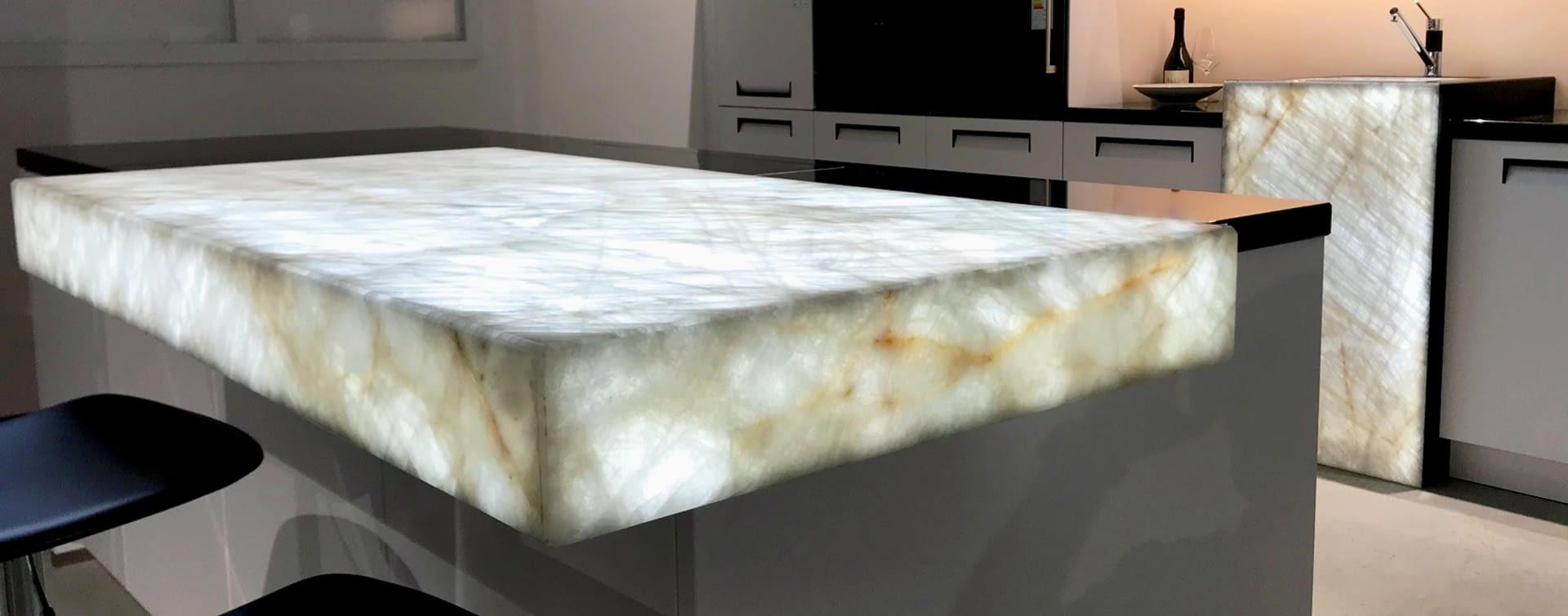 Exklusive Theke aus hinterleuchtetem Naturstein - Marquardt Küchen