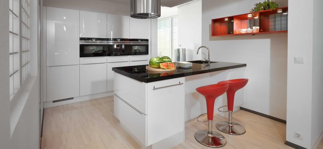 Design Inselküche Flash weiß mit Nero Assoluto – Marquardt Küchen