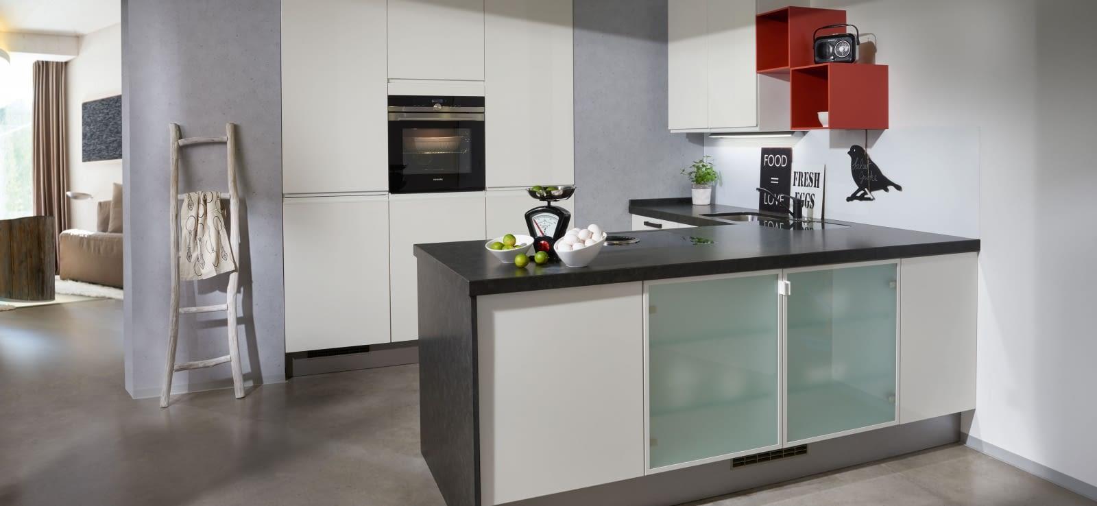 klassische u k che glanzwei mit mystik black marquardt k chen. Black Bedroom Furniture Sets. Home Design Ideas